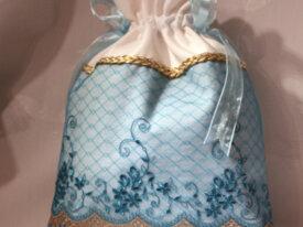 Sac blanc, tulle bleu brodé de fleurs aqua, rubans