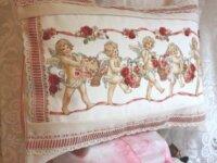 Coussin avec des anges tenant des paniers de roses 1