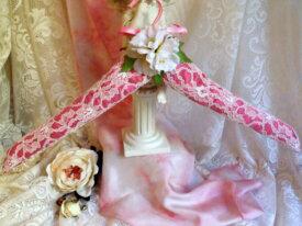 Cintre décoré romantique dentelle et fleurs
