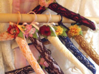 Cintre décoré romantique dentelle et fleurs or 3