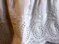COUSSIN shabby linge ancien brodé jupon de mariée  3