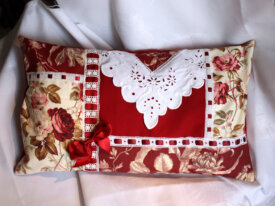 Coussin cosy Broderie roses rouges passe ruban