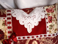 Coussin cosy Broderie roses rouges passe ruban 2