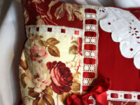 Coussin cosy Broderie roses rouges passe ruban 3