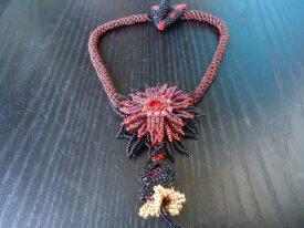 Collier fleur la tubéreuse rouge et noir