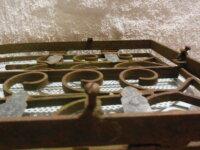 Ancienne grille en fer forgé forme ogive pour nich 4