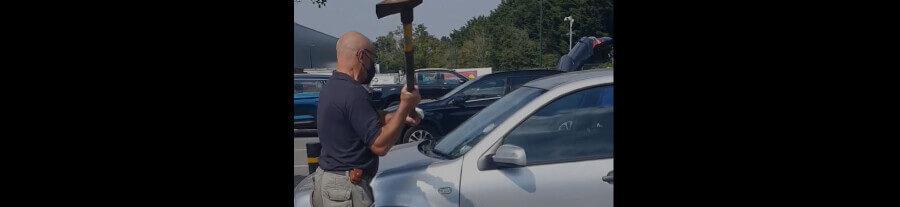 Vidéo : cet homme casse la vitre d'une voiture pour sauver un chien en danger de mort