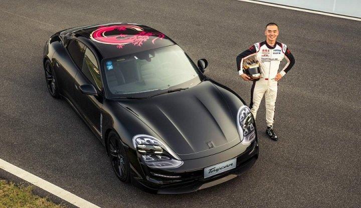Prototype Porsche Taycan avec un dragon sur le toit