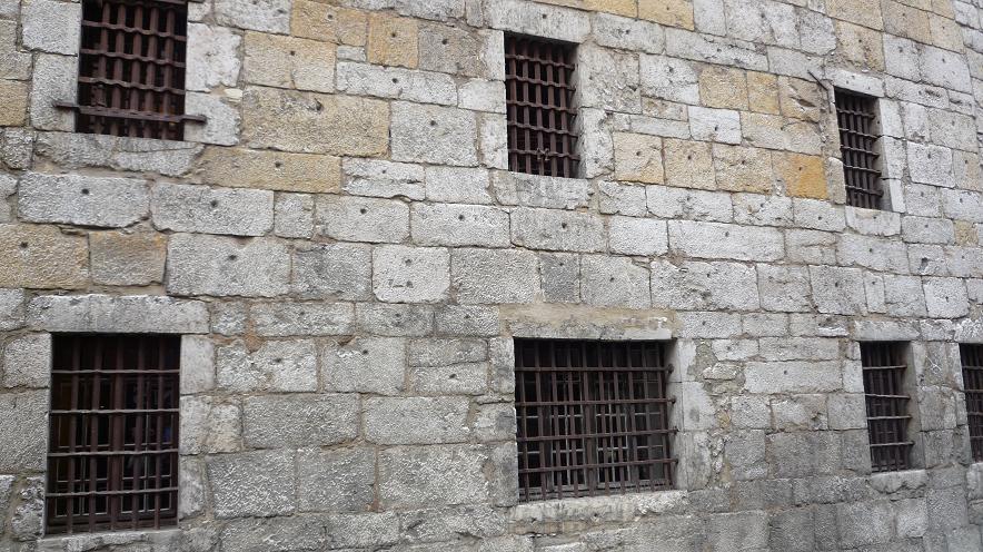 """ANNECY NOUS PRIT DANS SES BRAS ..PENDANT QUE TOURS S""""'EST RESSOURCE A EVIAN  - Page 2 179173la_prison"""