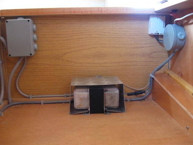 transfo 220 12v capot porte fusibles b pile offert. Black Bedroom Furniture Sets. Home Design Ideas