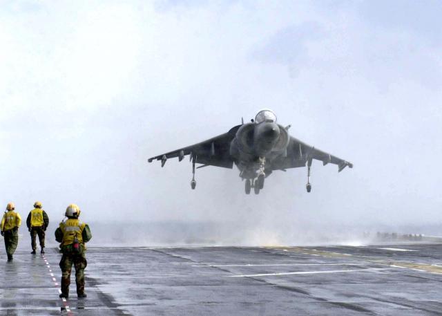 BRITISH AEROSPACE HARRIER ET SEA HARRIER 276395AV_8B_Harrier_USS_Bataan