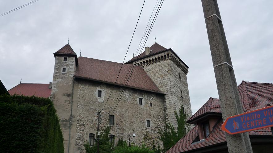 """ANNECY NOUS PRIT DANS SES BRAS ..PENDANT QUE TOURS S""""'EST RESSOURCE A EVIAN  - Page 2 294935le_chateau_annecy"""