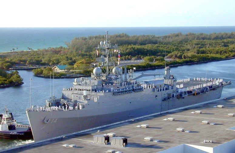 USN CROISEURS LEGERS CLASSE OMAHA - Page 1 362290USS_Trenton_navire_amphibie
