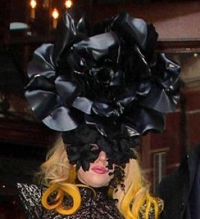 Exclusif : Les tenues les plus folles de Lady Gaga ! 364887Tenue_3