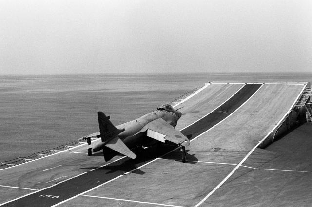 BRITISH AEROSPACE HARRIER ET SEA HARRIER 525549Harrier_FRS_1_ski_jump_take_off_HMS_Invincible