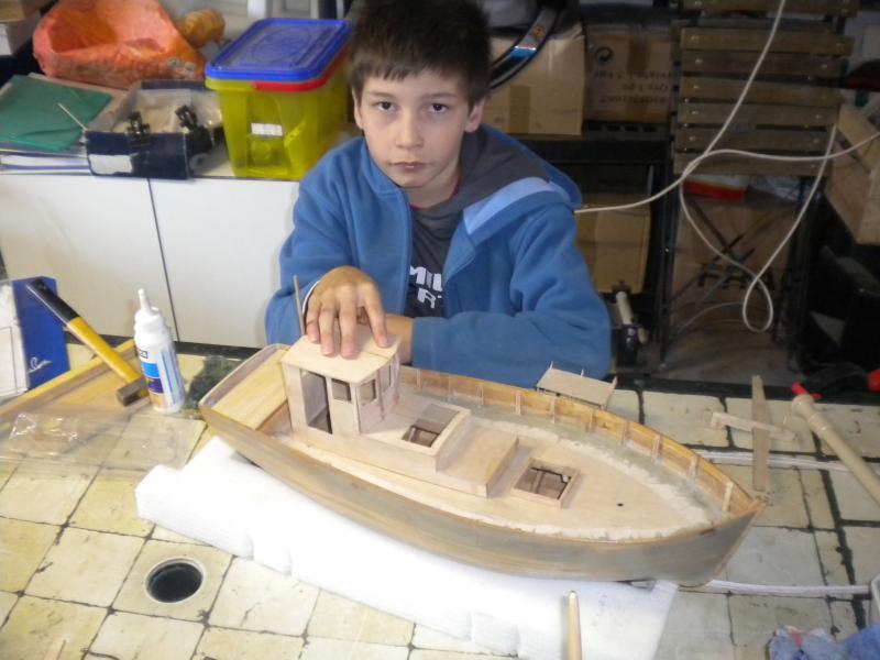 barque chalutiére au 1/20è d'après plans - Page 3 589082DSCN2186