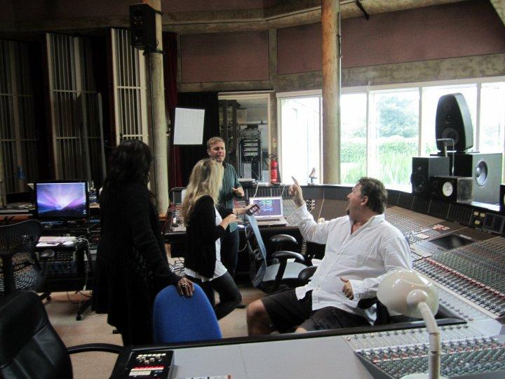 Gary au studio Real World rejoignant le projet lotus 06.10 94531131374_404050285687_335122935687_4281654_607133_n