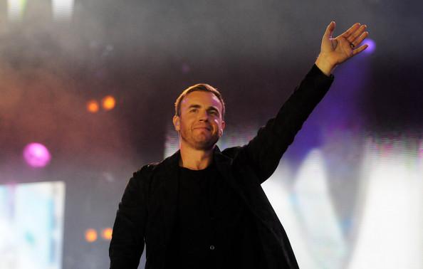Robbie et Gary au concert Heroes 12-09/2010 112961Gary_Barlow_Heroes_Concert_Show_r40Kg5_KpJNl