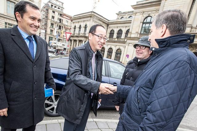 Le premier client allemand de Mirai vient de recevoir sa voiture à Hambourg 121694HA2508
