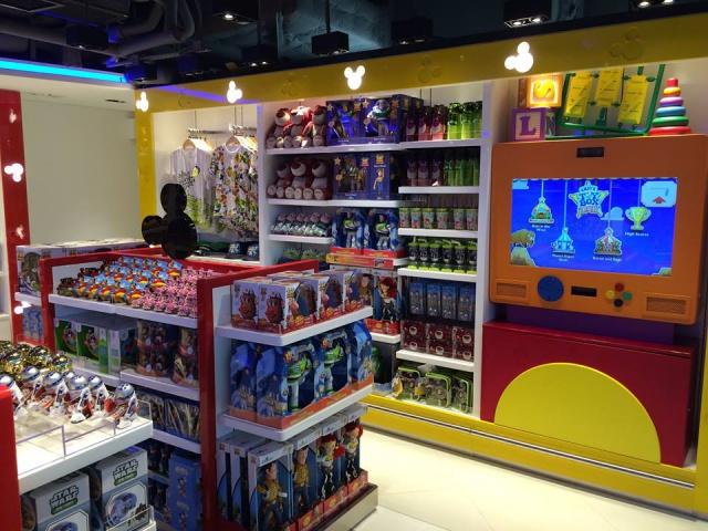 The Magic of Hong Kong Disneyland Store at Hong Kong International Airport (ouverture le 24 juin 2014) 141776w37