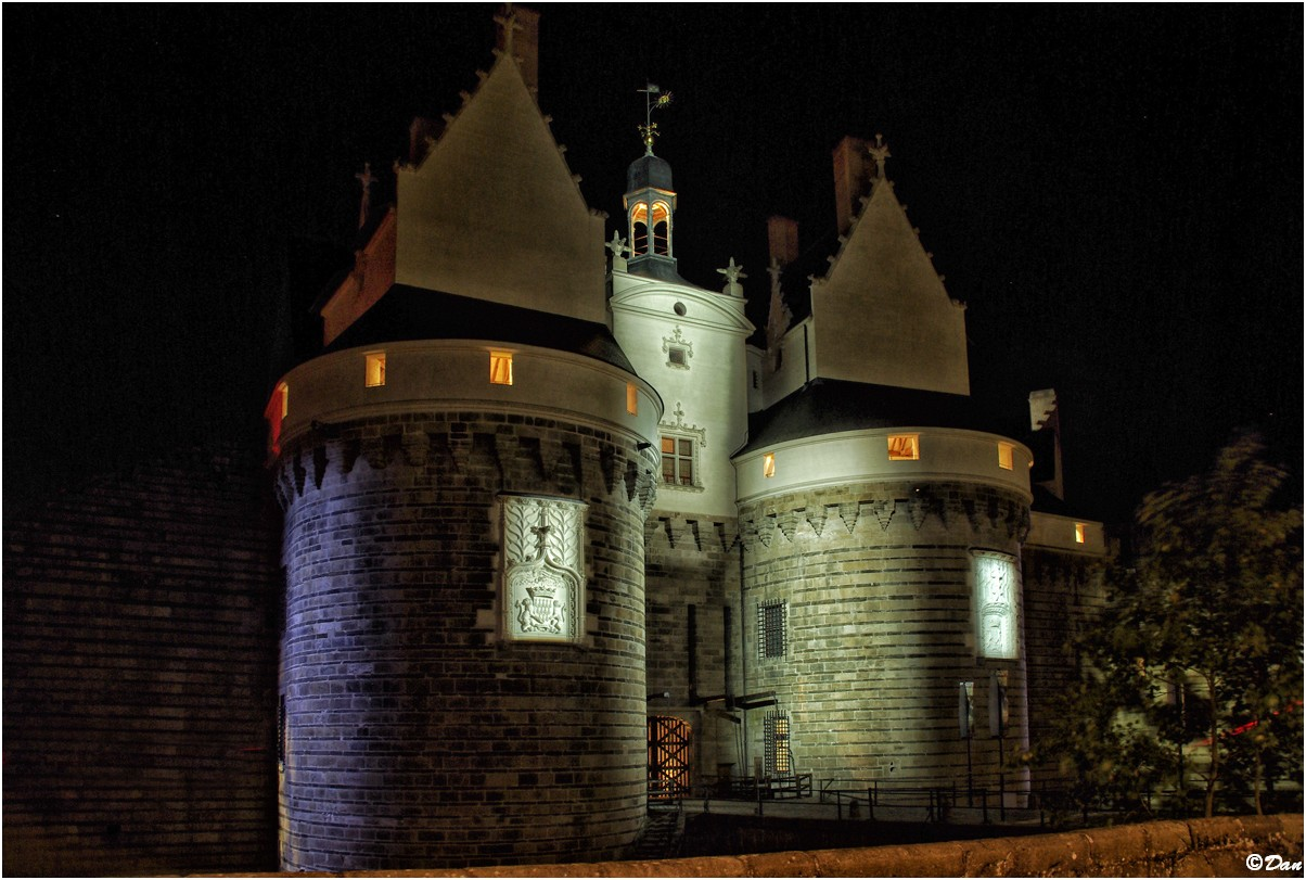 L'entrée du château des Ducs de Bretagne à Nantes de nuit 204676IMGP8131