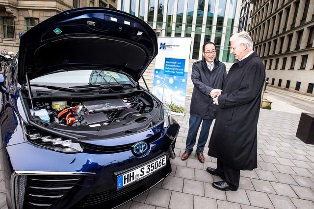 Le premier client allemand de Mirai vient de recevoir sa voiture à Hambourg 253392HA2614