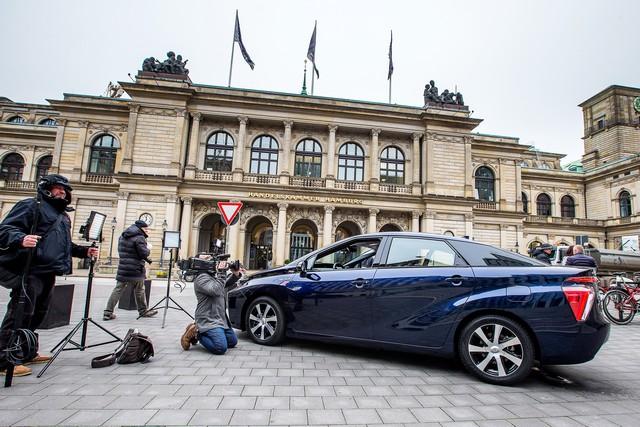 Le premier client allemand de Mirai vient de recevoir sa voiture à Hambourg 296450HA2467