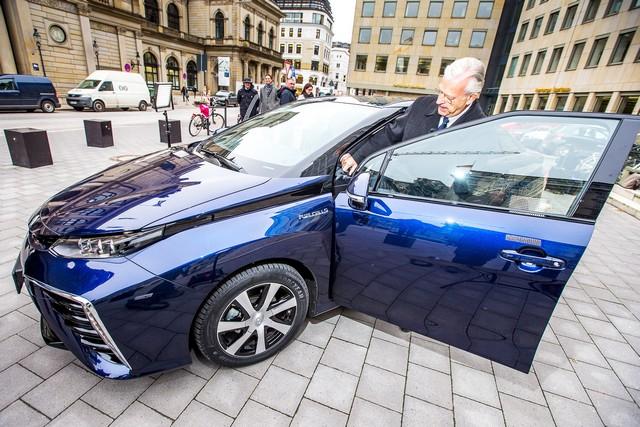 Le premier client allemand de Mirai vient de recevoir sa voiture à Hambourg 330979HA2438