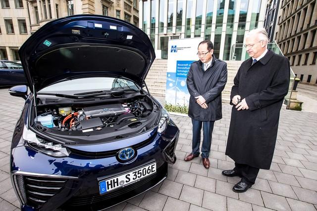 Le premier client allemand de Mirai vient de recevoir sa voiture à Hambourg 336316HA2616