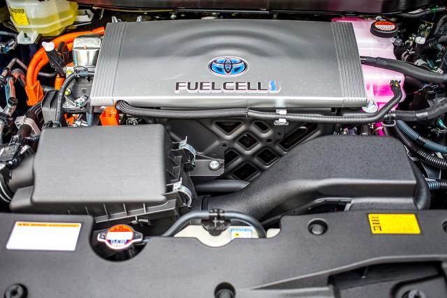 Le premier client allemand de Mirai vient de recevoir sa voiture à Hambourg 393865HA2393