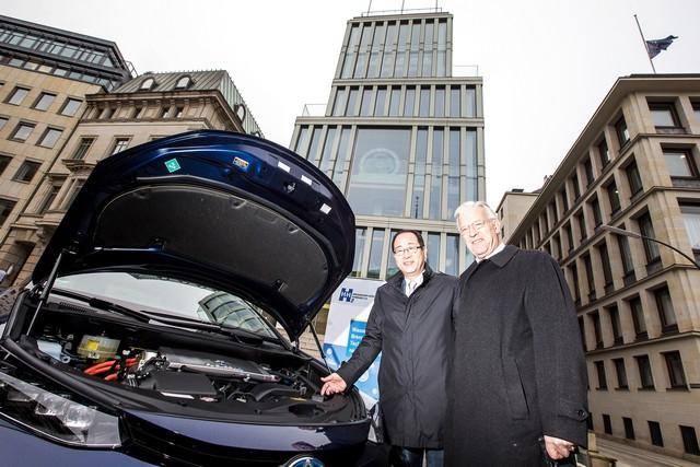 Le premier client allemand de Mirai vient de recevoir sa voiture à Hambourg 399647HA2597
