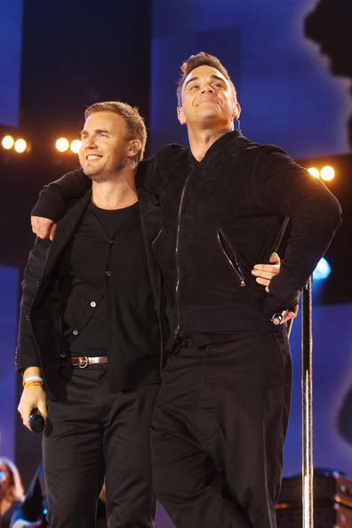 Robbie et Gary au concert Heroes 12-09/2010 413522Gary_Barlow_Heroes_Concert_Show_aWGQ7F_csrbl