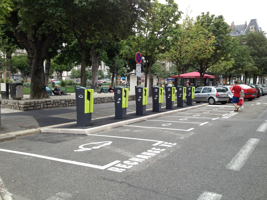 Grenoble : 30 bornes de recharge de 3 à 22 kW à la rentrée 2014 423563BorneGrenoble3