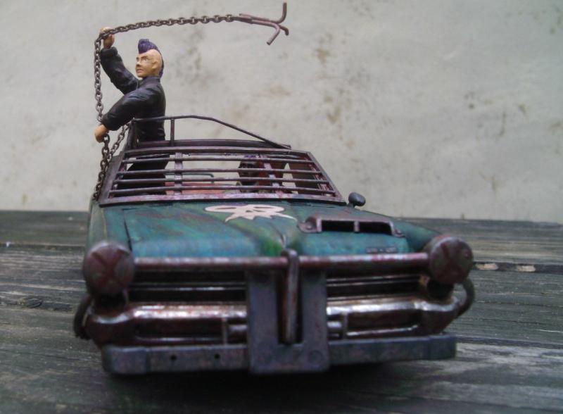 "Pontiac façon ""Mad Max"" 1/24 avec base/décor  429942GEDC5140"