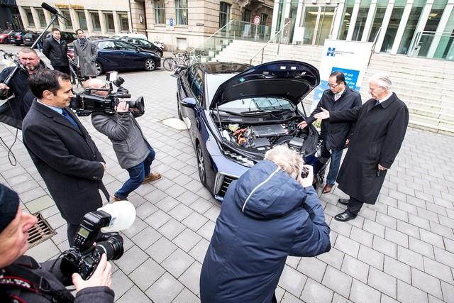 Le premier client allemand de Mirai vient de recevoir sa voiture à Hambourg 469335HA2604