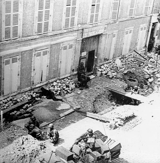photo Avant / Après : les Gi's descendent la rue du Faubourg Bannier, Orléans 496150lesfantassinsamricainsentrantdansOrlansfacealcoledu45faubourgBannier2