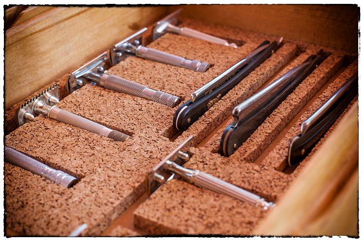Photos de votre armoire spéciale rasage (ou de la partie réservée au rasage) - Page 2 523408Razors5934