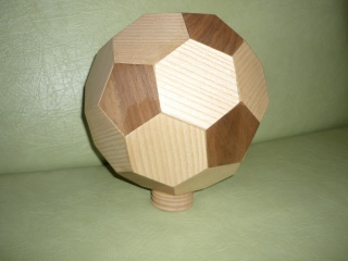 Un ballon de foot en bois 55858219Vernissagedelensemble