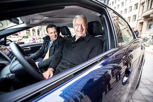 Le premier client allemand de Mirai vient de recevoir sa voiture à Hambourg 589808HA2481