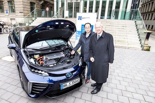 Le premier client allemand de Mirai vient de recevoir sa voiture à Hambourg 604593HA2609