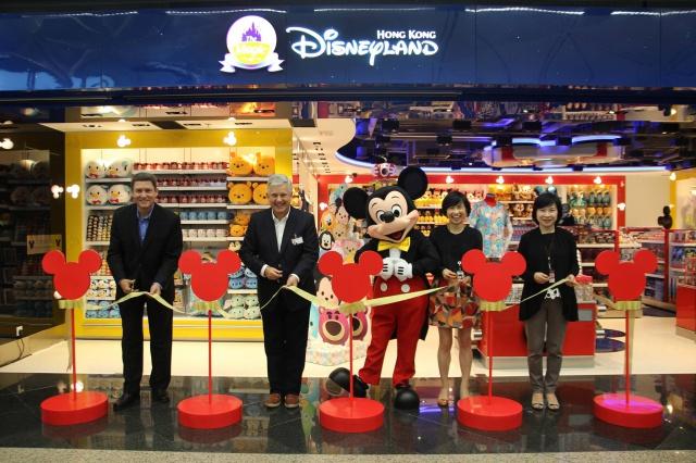 The Magic of Hong Kong Disneyland Store at Hong Kong International Airport (ouverture le 24 juin 2014) 630947w35