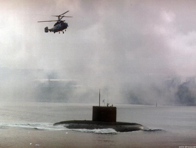 SOUS MARINS D'ATTAQUE CLASSE KILO 653025Kilo_russe_et_helicoptere_1999