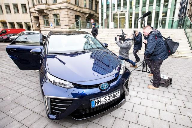 Le premier client allemand de Mirai vient de recevoir sa voiture à Hambourg 658909HA2457