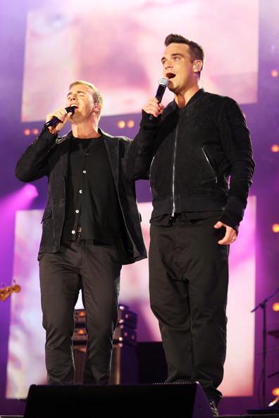 Robbie et Gary au concert Heroes 12-09/2010 659743Gary_Barlow_Heroes_Concert_Show_2A_O7aGX0Ell