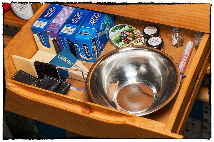 Photos de votre armoire spéciale rasage (ou de la partie réservée au rasage) - Page 2 662106Accessories5961