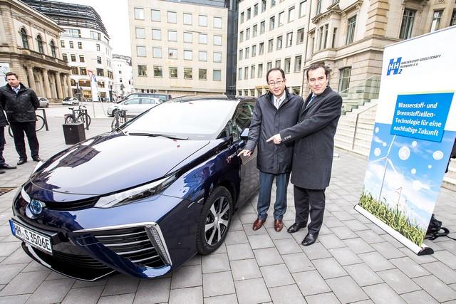 Le premier client allemand de Mirai vient de recevoir sa voiture à Hambourg 670175HA2649
