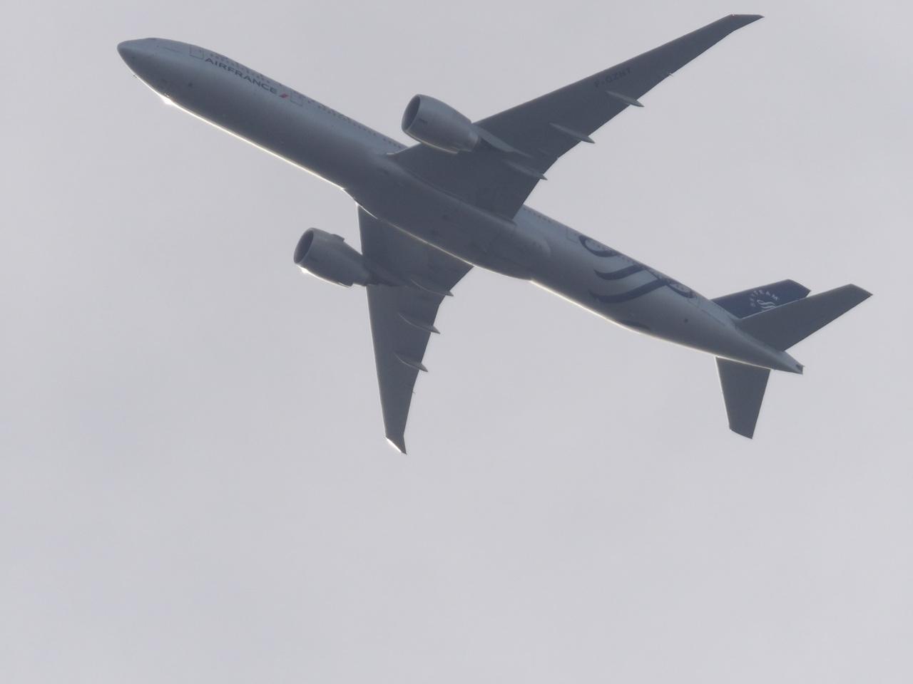 """Avion """"Spotté"""" du Jardin. 688916Boeing777FGZNT"""