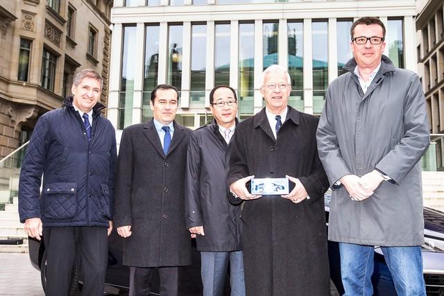 Le premier client allemand de Mirai vient de recevoir sa voiture à Hambourg 693712HA2566