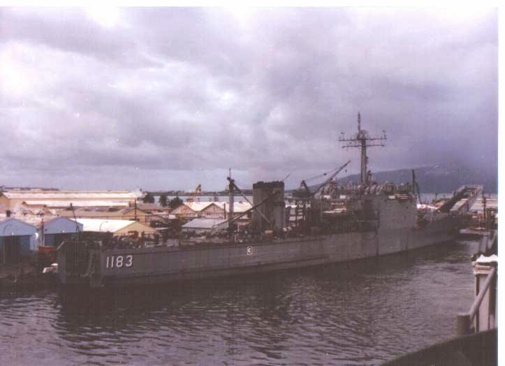 LANDING SHIP TANK (LST) CLASSE NEWPORT  696852USSPeoriaSubicBay1987