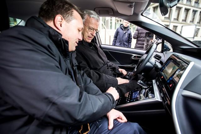 Le premier client allemand de Mirai vient de recevoir sa voiture à Hambourg 716291HA2453